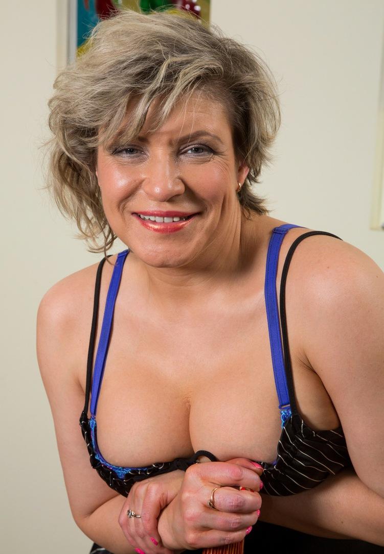 Die hier zu sehende frivole Oma Raphaela hat Lust auf ein erotisches Verhältnis.