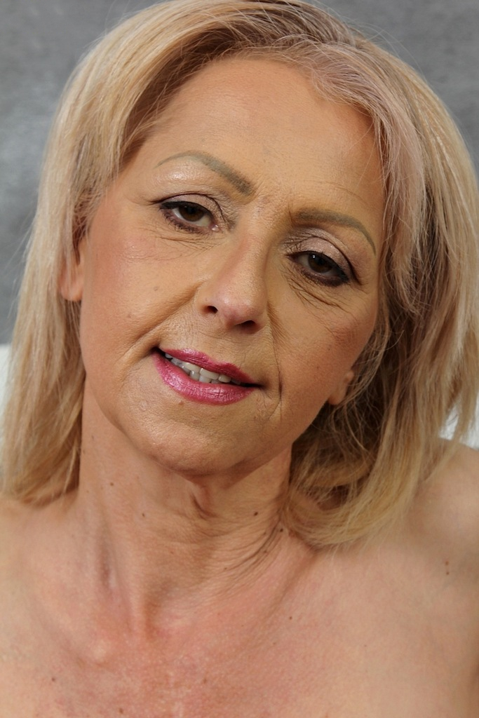 Heisse Oma hat Lust auf intensives Vergnügen.