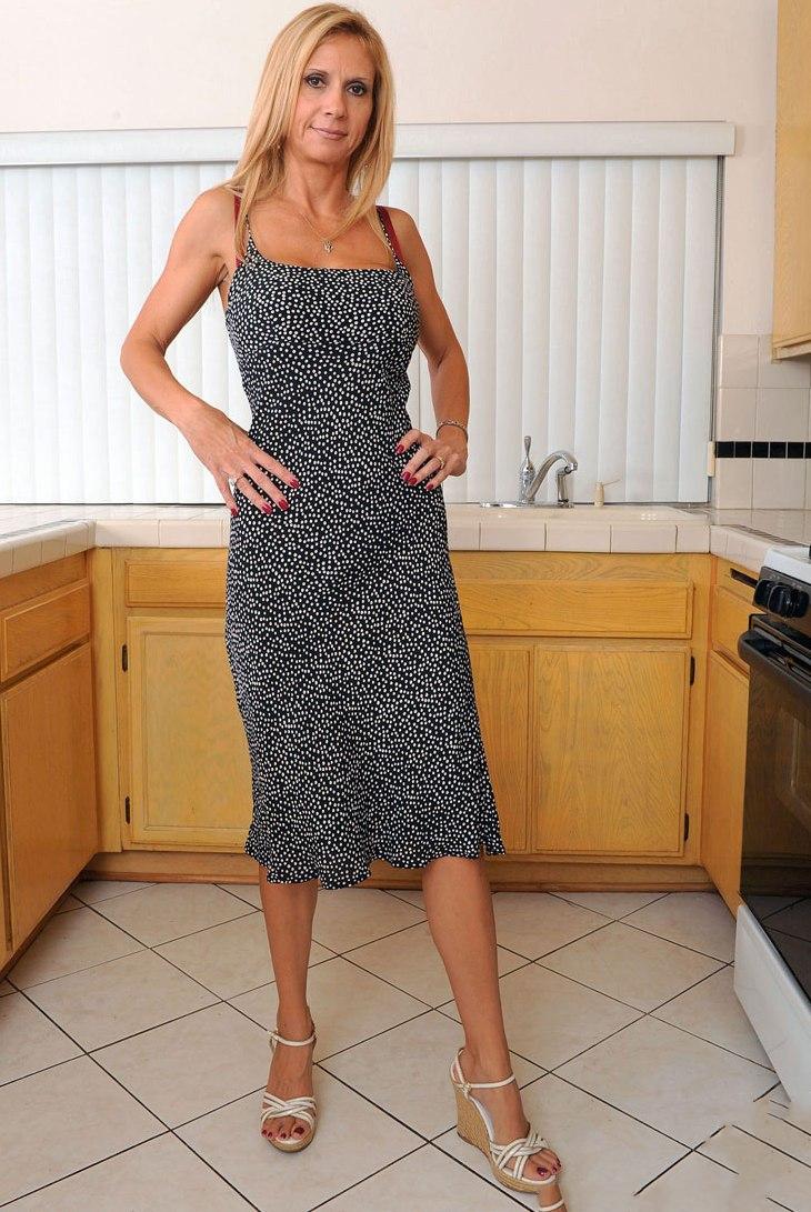 Hübsche Hausfrau noch heute flachlegen.