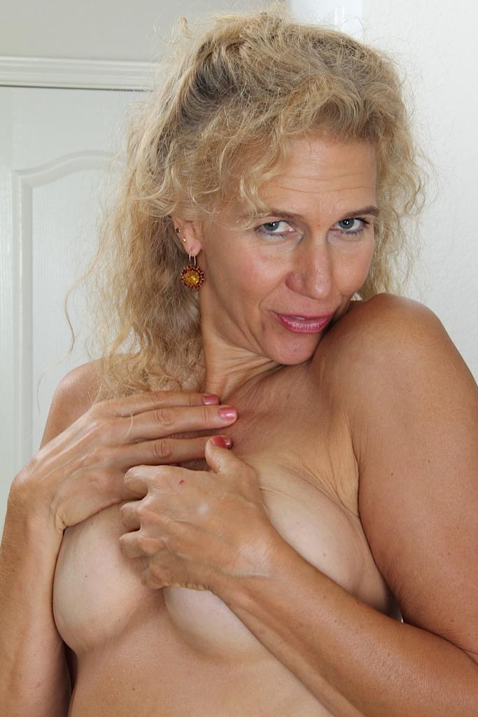Zeigefreudige Cougar braucht leidenschaftliches Vergnügen.