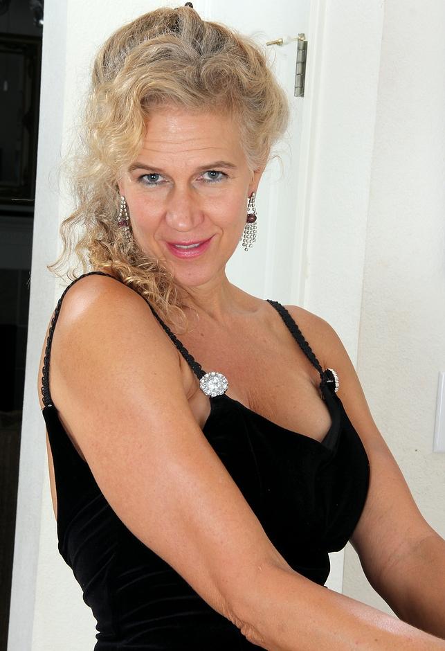 Unsere attraktive Oma Bea braucht ein sexuelles Vergnügen.