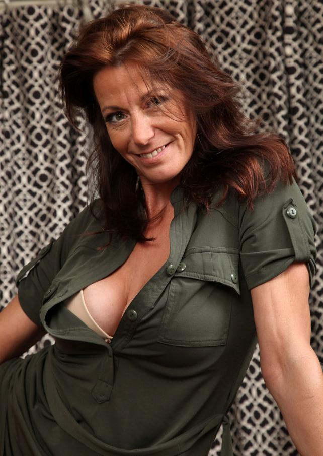 Die hier zu sehende aufgeschlossene Frau Chantal hat Lust auf ein romantisches Vergnügen.