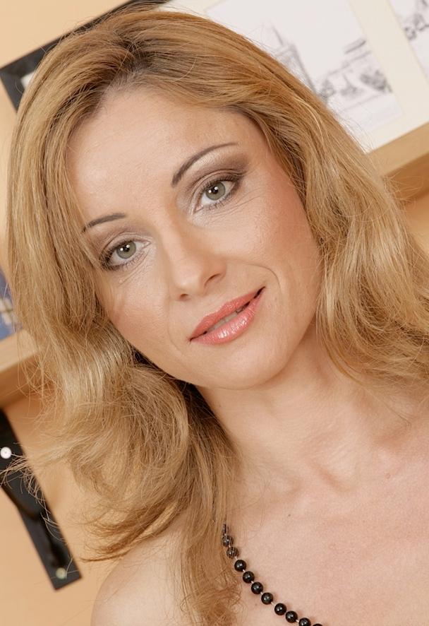 Die hier zu sehende erfahrene Cougar Daniela möchte ein einmaliges Verhältnis.