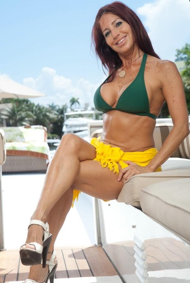 Unsere mannstolle Cougar Miriam braucht ein erotisches Vergnügen.