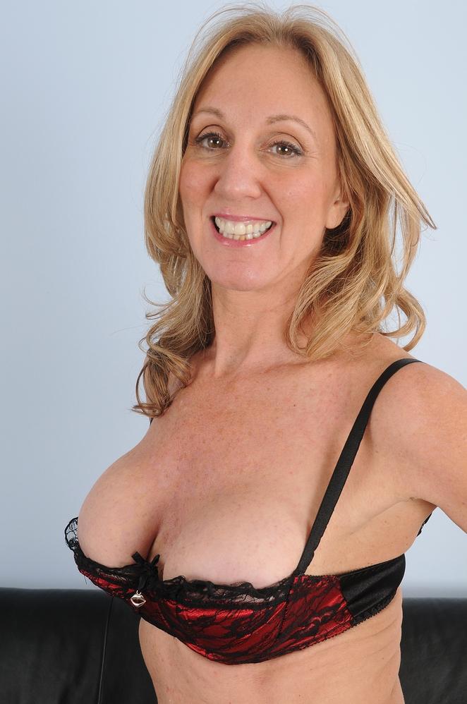 Rassige Hausfrau hat Lust auf ihr erotisches Erlebnis.