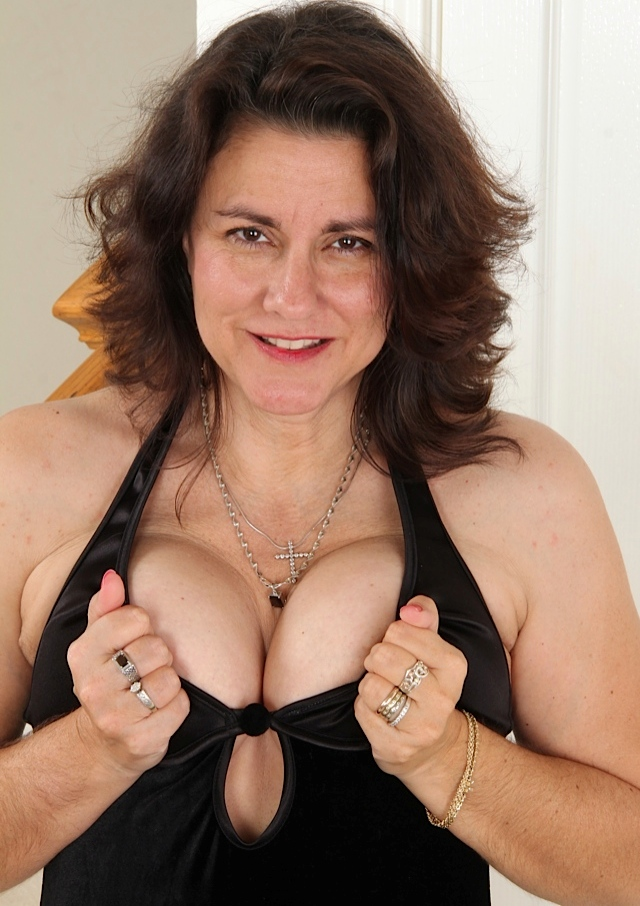 Die hier zu sehende sexy Ehefrau Vanessa hat Lust auf ihr leidenschaftliches Vergnügen.