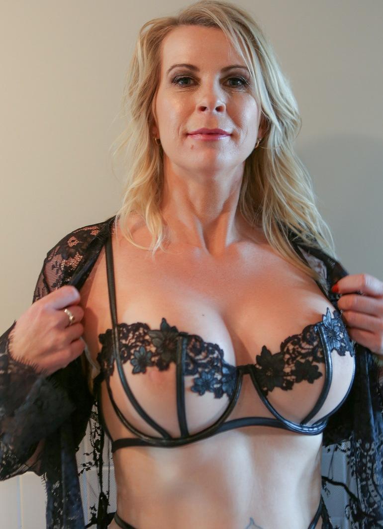 Die unternehmenslustige Hausfrau Brigitte sucht ein romantisches Verhältnis.