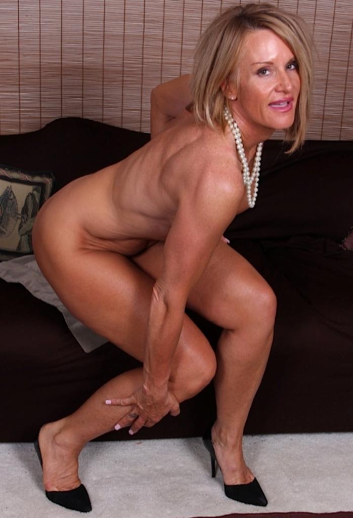 Die hier zu sehende aufgeschlossene Cougar Bettina hat Lust auf ihr einmaliges Erlebnis.