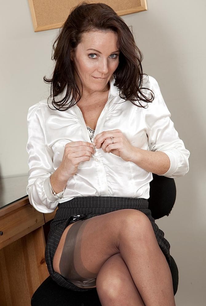 Die charmante Ehefrau Olivia hat Lust auf ihr kurzweiliges Vergnügen.