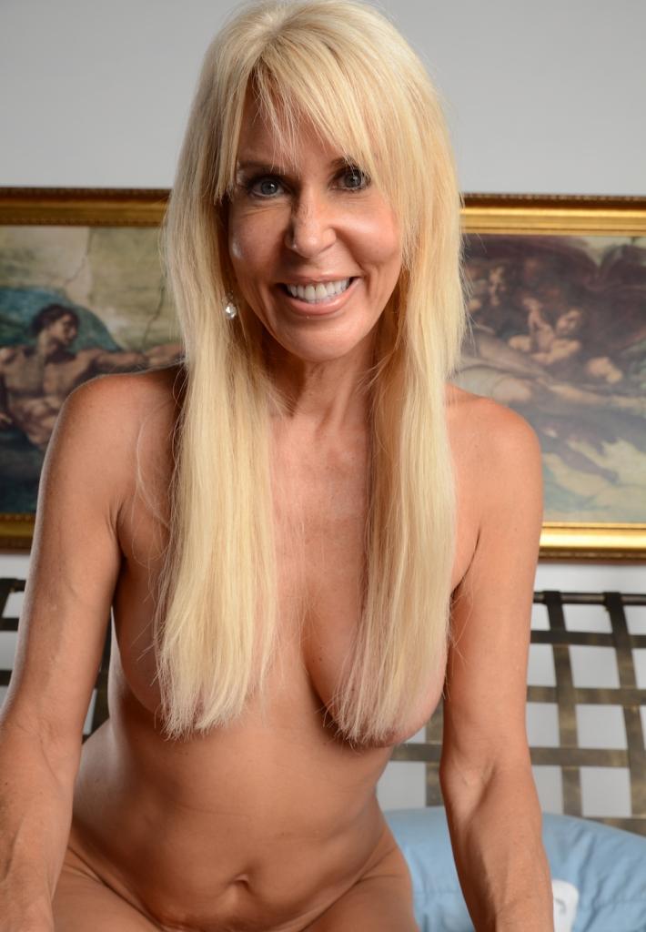 Die erotische Cougar Antje sucht ein körperliches Verhältnis.