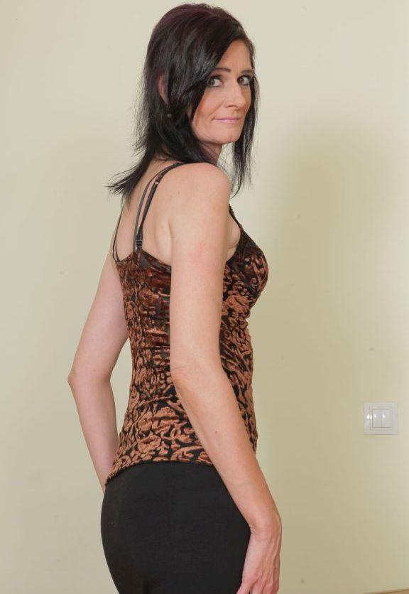 Die hier zu sehende erotische Cougar Ellen braucht ihr geiles Abenteuer.