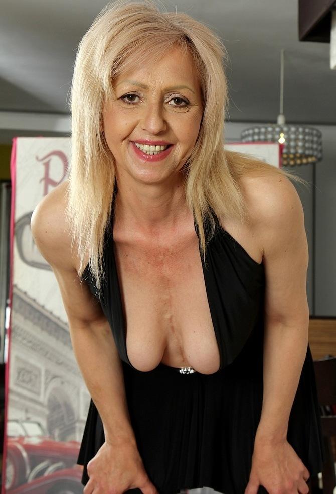 Erotische Hausfrau sucht ihr sinnliches Vergnügen.
