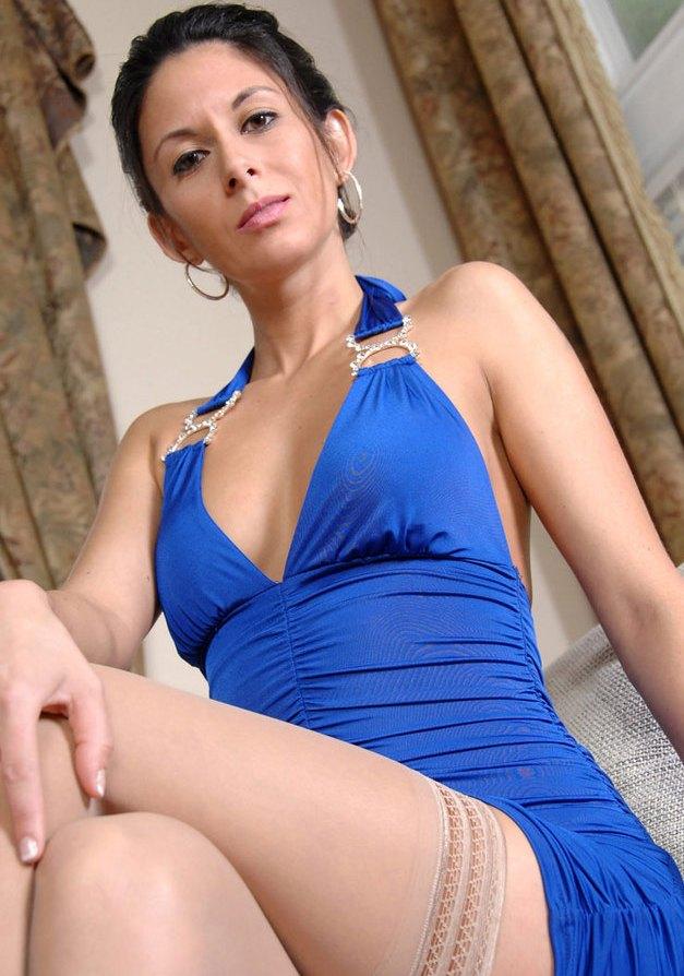 Unsere freche Cougar Ina möchte ein erotisches Vergnügen.