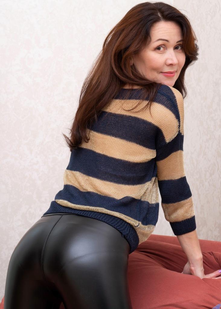 Die hier zu sehende schamlose Hausfrau Rosi braucht ihr sexuelles Abenteuer.