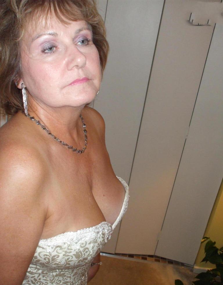 Unsere unternehmenslustige Ehefrau Lucia will ein intensives Verhältnis.
