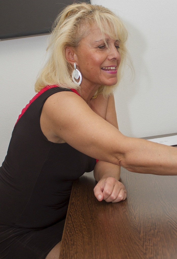 Die unternehmenslustige Milf Andrea hat Lust auf ihr körperliches Abenteuer.