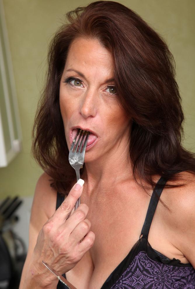 Aufgeschlossene Hausfrauen wollen ihr reizendes Erlebnis.