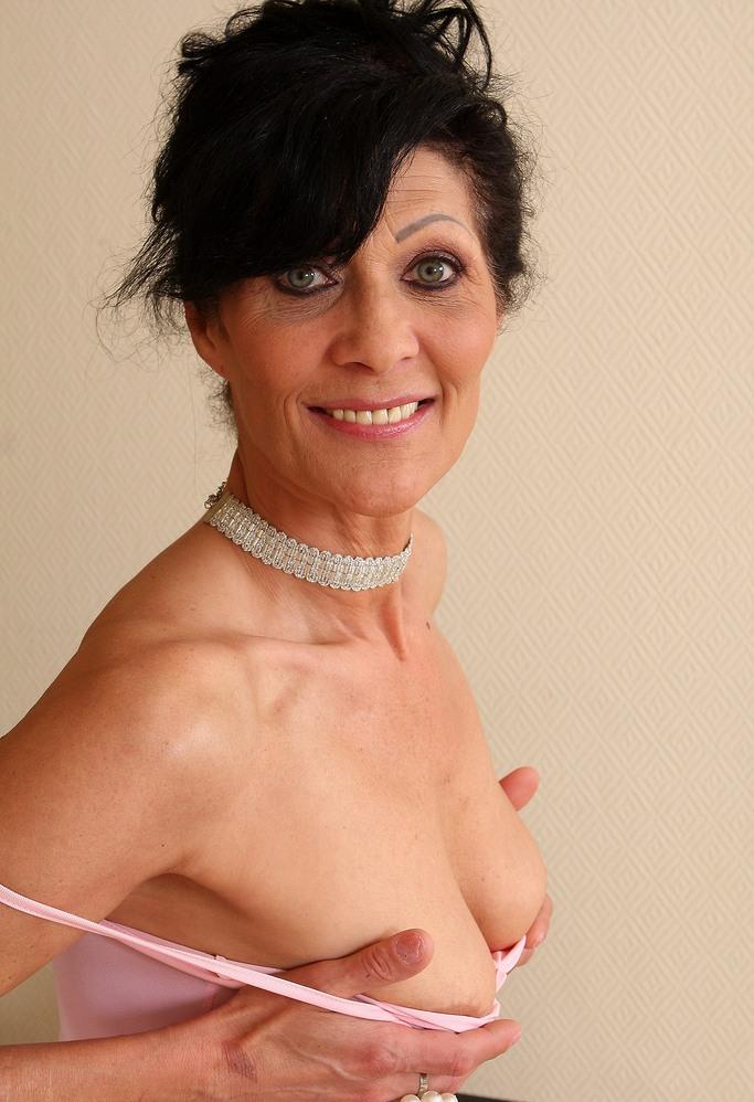 Die hier zu sehende aufgeschlossene Hausfrau Gabriele will ein lüsterndes Erlebnis.