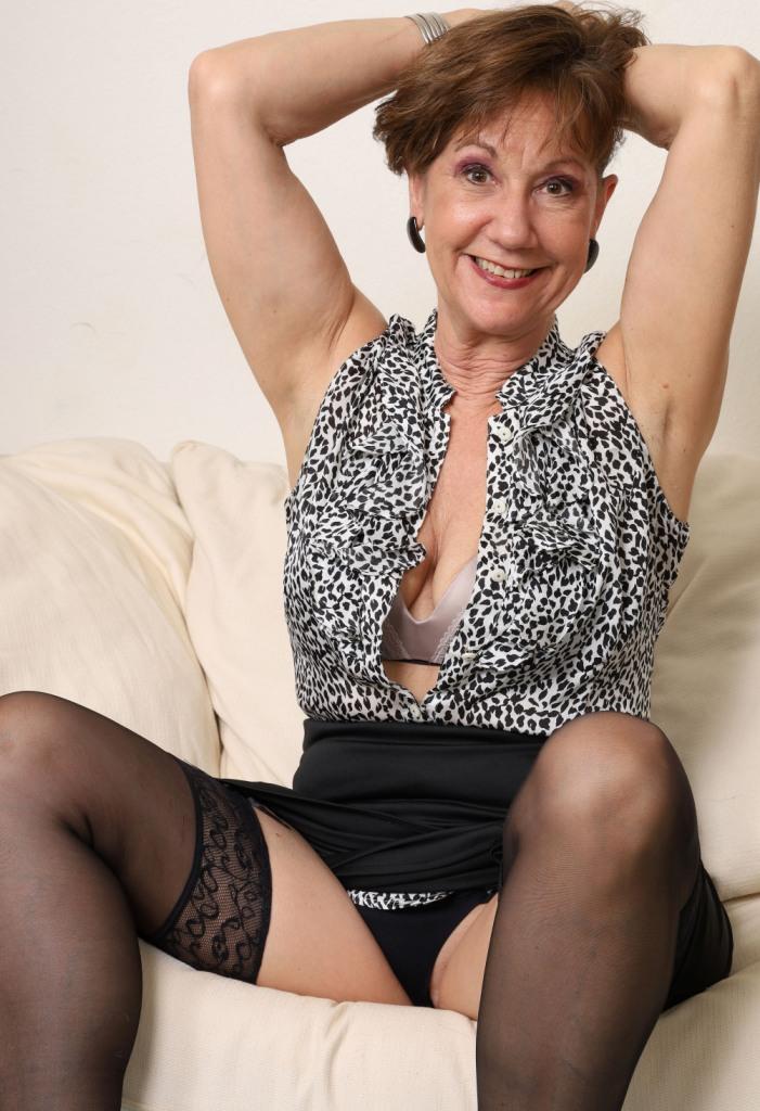Die hier zu sehende devote Oma Jenny möchte ein privates Verhältnis.