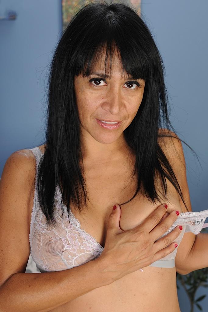 Die hier zu sehende erotische Ehefrau Christine hat Lust auf ein reizvolles Erlebnis.