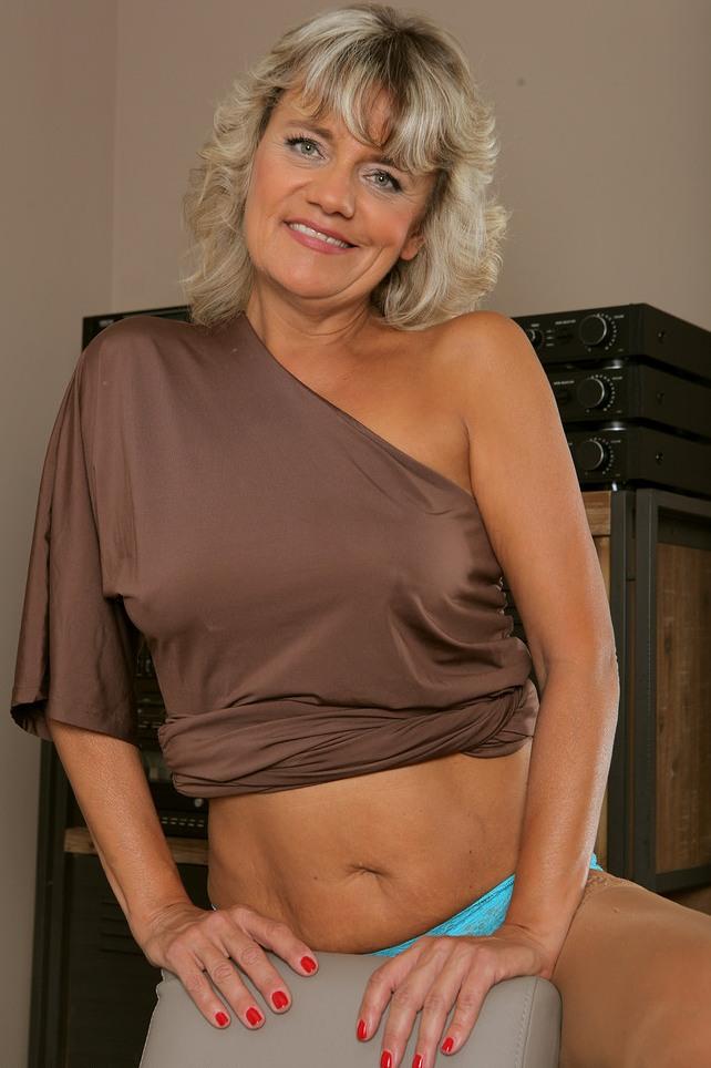 Erotische Oma braucht ein reizendes Abenteuer.