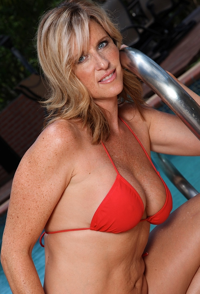 Rassige Oma hat Lust auf ein erotisches Vergnügen.
