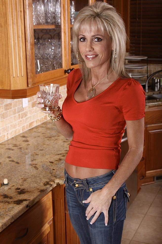 Zeigefreudige Hausfrau